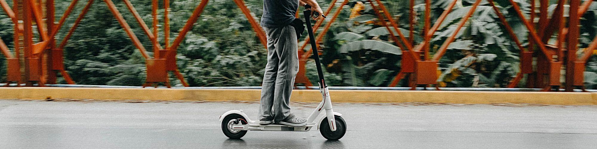 Hombre sobre un scooter para contratar seguro coche