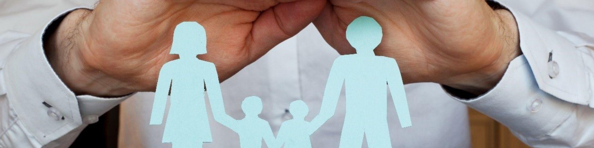 Imagen de una familia con muñecos depapel para contratar el seguro de vida