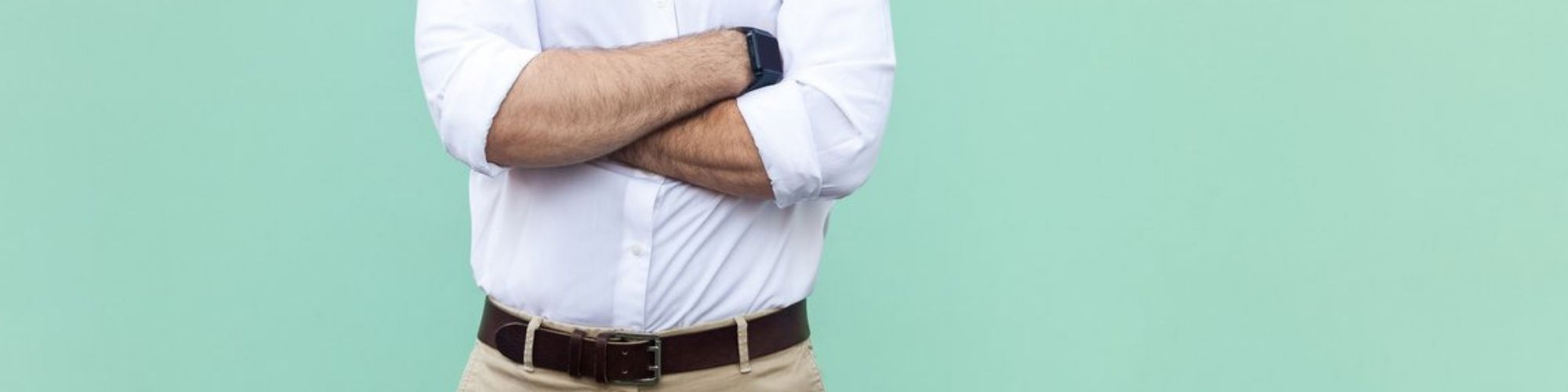 Imagen de un hombre con camisa con los brazos cruzados para Agentes de Seguros
